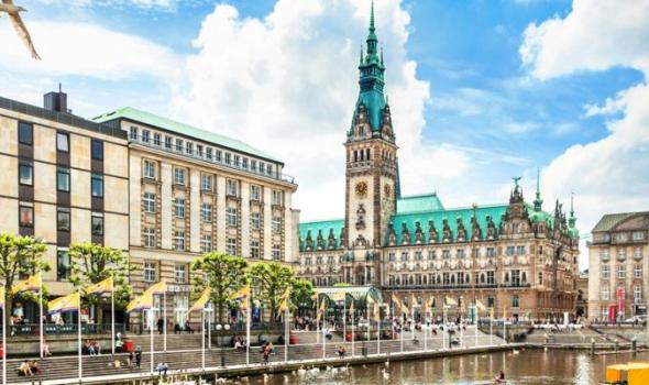 Hamburg-city-center-with-town-hall-and-Alster-river_XXL-870x400